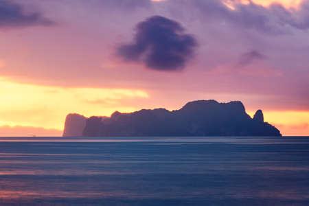 Amazing sunrise on the sea. Silhouettes of the tropical islands between Phuket and Krabi in Thailand Standard-Bild