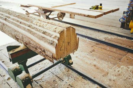 Industrie du bois. Planches après la coupe à la scierie.