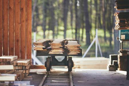 Industrie du bois. Pile de planches à la scierie. Banque d'images