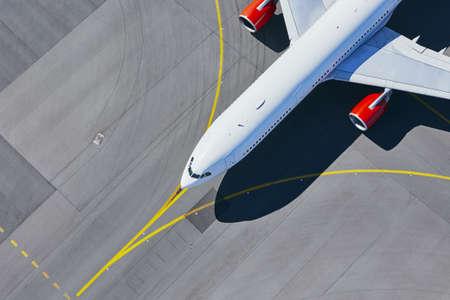 Luchtfoto van de luchthaven. Vliegtuig taxiën naar landingsbaan voor vertrek.