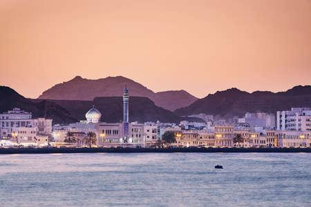 Vista del paisaje urbano de la ciudad de Muscat al atardecer dorado. La capital de Omán.