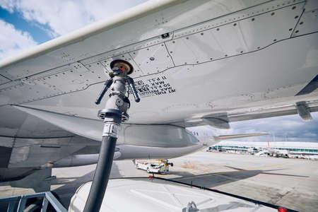 Preparativos antes del vuelo. Reabastecimiento de combustible del avión en el aeropuerto. Conceptos de viajes e industria.