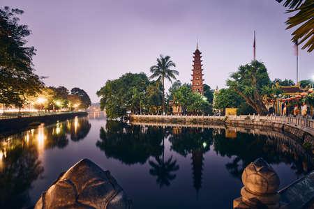 Malerischer Blick auf den Westsee und die Wasserreflexion der Tran Quoc Pagode - der älteste buddhistische Tempel in Hanoi, Vietnam.