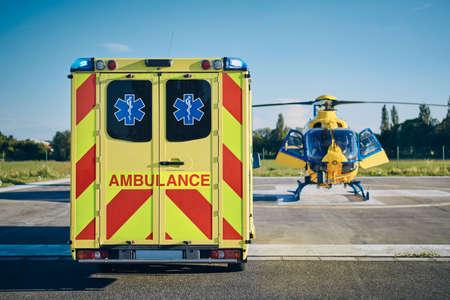 Samochód pogotowia przeciwko helikopterowi ratownictwa medycznego. Tematy ratują, pomagają i mają nadzieję. Zdjęcie Seryjne