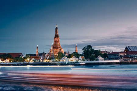 Chao Phraya river against Bangkok skyline with temple Wat Arun at dusk. Capital city of Thailand. Banco de Imagens