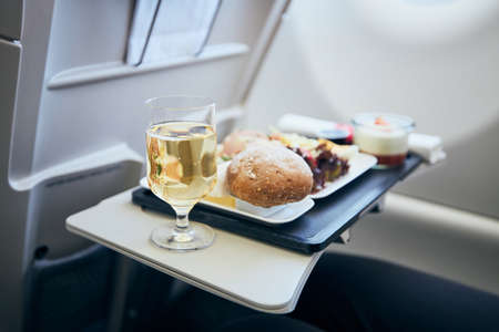 Airline meal and beverage served on seat tables during flight. Stockfoto