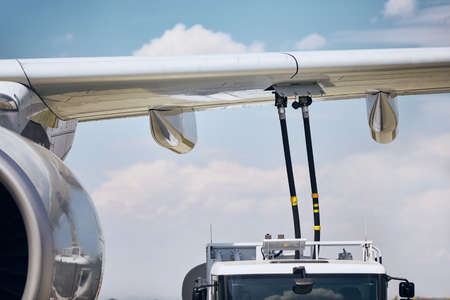 Ground service before flight. Refueling of airplane at airport. Stockfoto