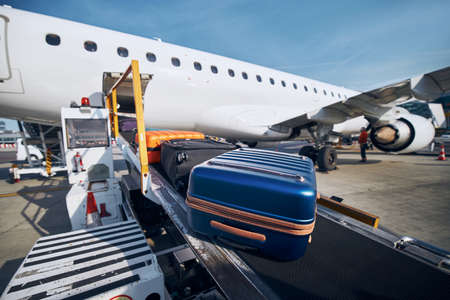 Preparation before flight. Loading of luggage to airplane at airport. Stockfoto