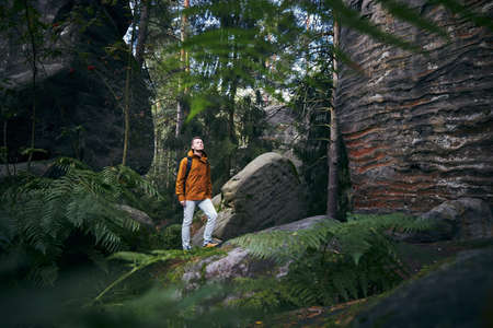 Youg man hiking in the middle of the rocks. Mala Skala in Bohemian Paradise, Czech Republic. Stockfoto