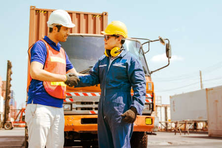 Foreign engineers have demonstrated acceptance of competence and are aware of the safety of the maintenance technicians in the field container industry by handshake and work together. 版權商用圖片