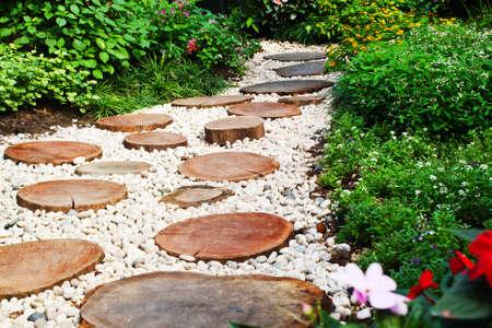 石の通路に庭で巻き