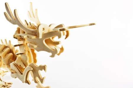 balsa: Modelleren van een draak standbeeld gemaakt van multiplex, geïsoleerd op een witte achtergrond