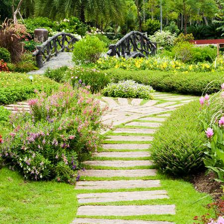 jardinero: Paisajismo en el jard�n. El camino en el jard�n.