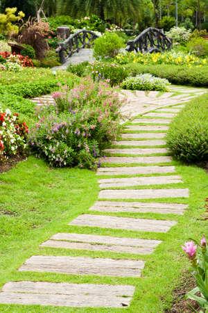 庭の造園。庭のパス。