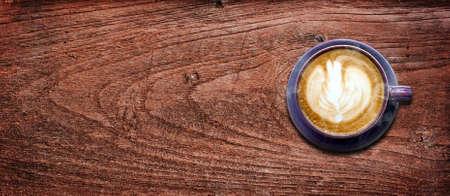 木製の背景上のスペースでコーヒー カップ
