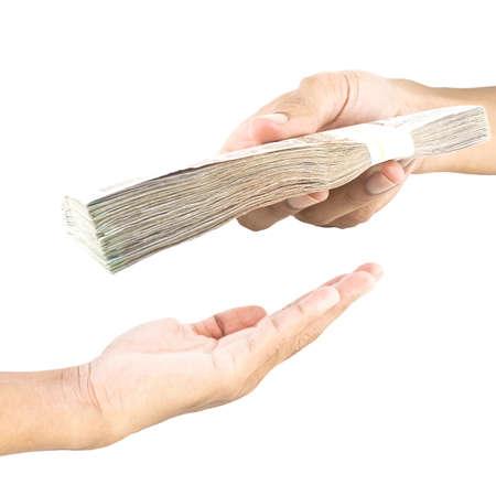 dare soldi: Consegna a mano del denaro ad un altro portatile isolato su sfondo bianco