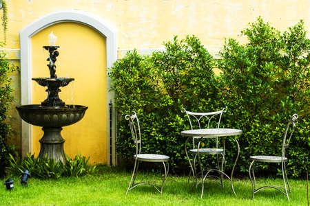 庭の白い椅子 写真素材