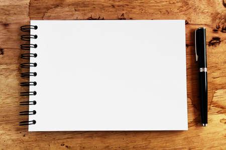クローズ アップ コピー スペースでメモ用紙とペン ウッド テクスチャ背景を開く