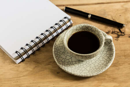 carta e penna: scrivania con carta, penna e tazza di caff� istantaneo