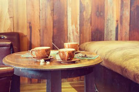 喫茶店のテーブルの上のコーヒー カップ。(ヴィンテージ プロセス) 写真素材
