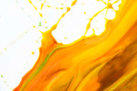 geschwungene linie: Kunstmalerei gekr�mmte Linie warme Klangfarbe auf wei�em Hintergrund.