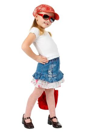 modelo en pasarela: Moda joven con gafas de sol con un bolso de mano rojo, en el modelo de pasarela plantean Foto de archivo