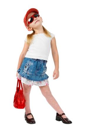 modelo en pasarela: Moda joven con gafas de sol con un bolso de color rojo, modelo de pasarela en la pose, mirando hacia arriba, aislado en blanco Foto de archivo