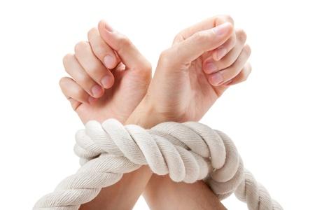 atados: las manos atadas en el fondo blanco