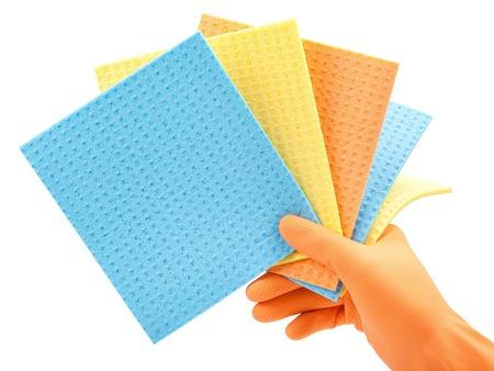 celulosa: limpieza de ropa esponjas de celulosa de cocina en la mano en el guante protector en blanco