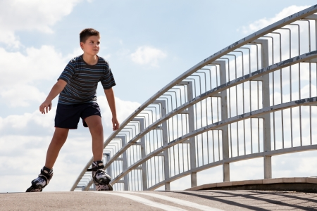 rollerblading: muchacho patinaje sobre ruedas