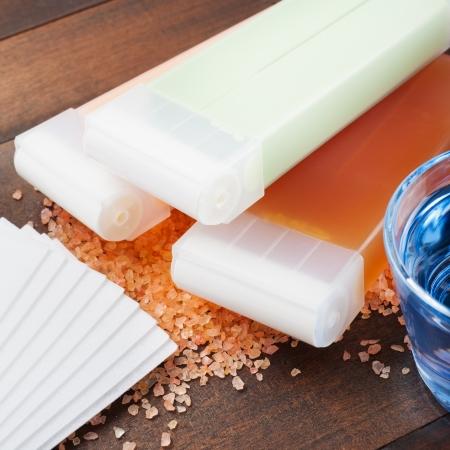 cera per depilazione e olio su tavola di legno