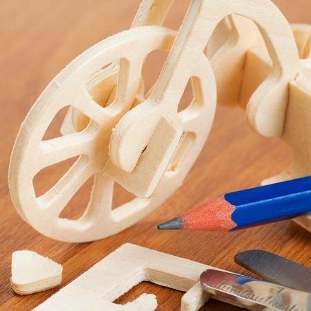 pegamento: juguete bicicleta de madera - Kit de artesanía en madera de construcción Foto de archivo