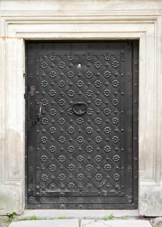 puertas de hierro: puerta de la vendimia con el llamador de la puerta, decorada con hierro forjado Foto de archivo