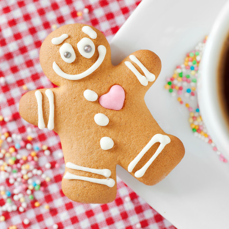 gingerbread heart: smiling gingerbread man and coffee cup on table