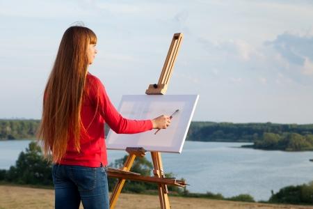 Artista pittura un paesaggio di mare Archivio Fotografico - 24239663