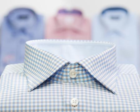 moda hombre camisa de trabajo en la tienda de ropa Foto de archivo