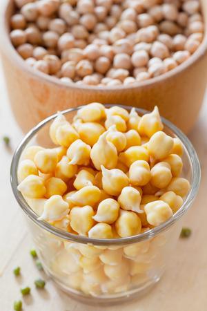 garbanzos: Garbanzos germinados y semillas secas en un tazón