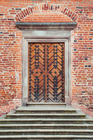 puertas de hierro: Puerta de entrada con escaleras en el antiguo castillo Foto de archivo