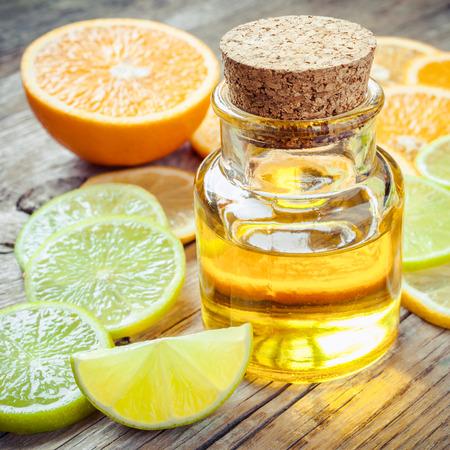 Citrus ätherisches Öl und Slice von reifen Früchten: Orange, Zitrone und Limette Obst