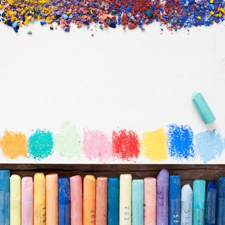 Pastellkreiden und weißen Papierbogen aus Skizzenbuch mit Flecken von Farben und Pigmentstaub. Standard-Bild