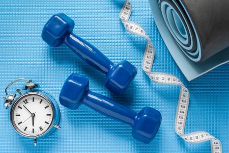 levantando pesas: Colchoneta azul yoga, dos pesas, cinta m�trica y despertador.