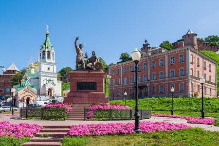 oficina antigua: Plaza Skoba en Nizhny Novgorod. En primer plano - Minin y Pozharsky Monumento y el ex refugio para desamparados Bugrov (ahora la oficina del Servicio Federal de Migración). En el fondo - Nizhny Novgorod Kremlin.