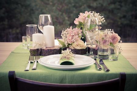 レトロな様式、素朴なスタイルの結婚式のテーブルの写真です。