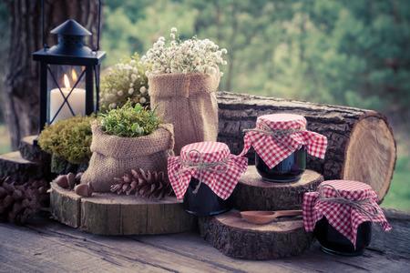 Hochzeit Stillleben mit Dekoration im rustikalen Stil und Gläser Fruchtmarmelade. Retro stilisierte Foto.