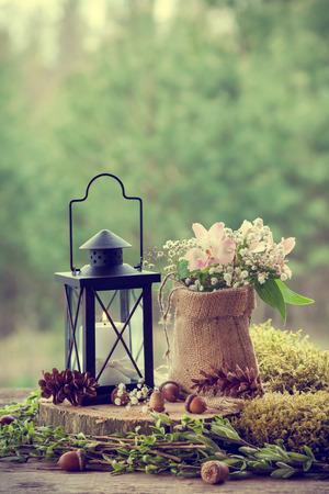Hochzeit Stillleben im rustikalen Stil. Wald im Hintergrund. Retro stilisierte Foto.