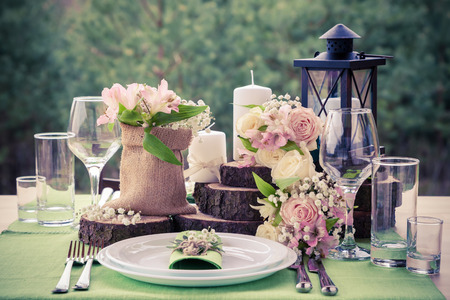 婚禮: 在鄉村風格的婚禮餐桌佈置。 版權商用圖片