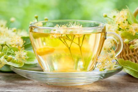 tilo: Taza de té de tilo saludable, la medicina herbal. Foto de archivo