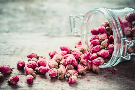 flores secas: Capullos de rosa en el tarro de cristal. enfoque selectivo.