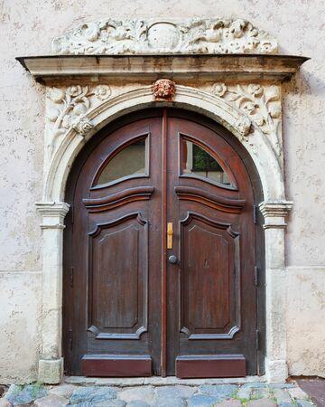 grecas: Puerta de entrada de la vendimia en una fachada del edificio en la antigua ciudad de Riga, Letonia. Foto de archivo