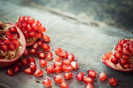 de seed: rebanadas de granada y semillas de granate de frutas en la mesa. enfoque selectivo.